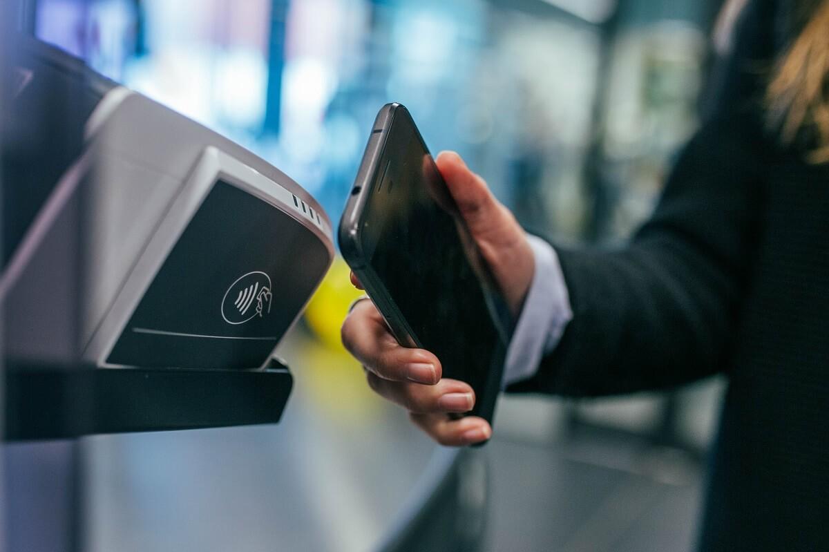 Магія дотику: що таке технологія NFC та як нею користуватися